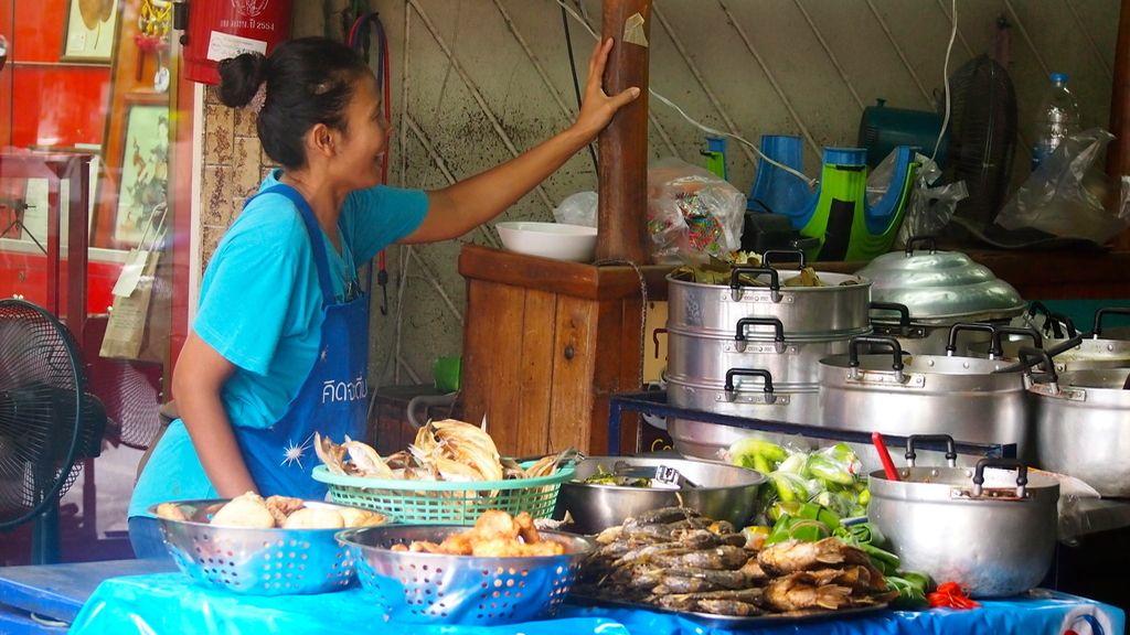 Regentando otro puesto de comida en la calle