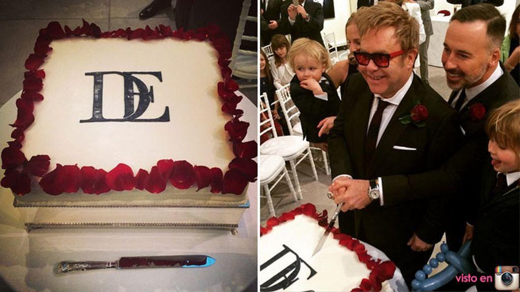 La tarta estaba decorada con flores rojas y las iniciales de la pareja