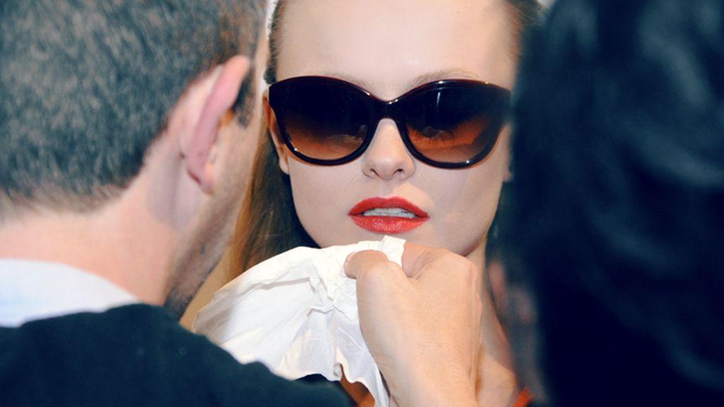 Último retoque en el maquillaje de una de las modelos de Ana Locking