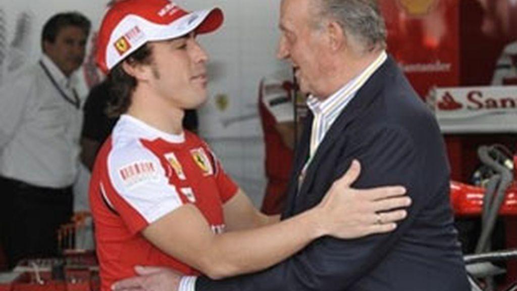 El Rey Juan Carlos saluda a Fernando Alonso antes de comenzar el GP de Bahrein. Foto: AP