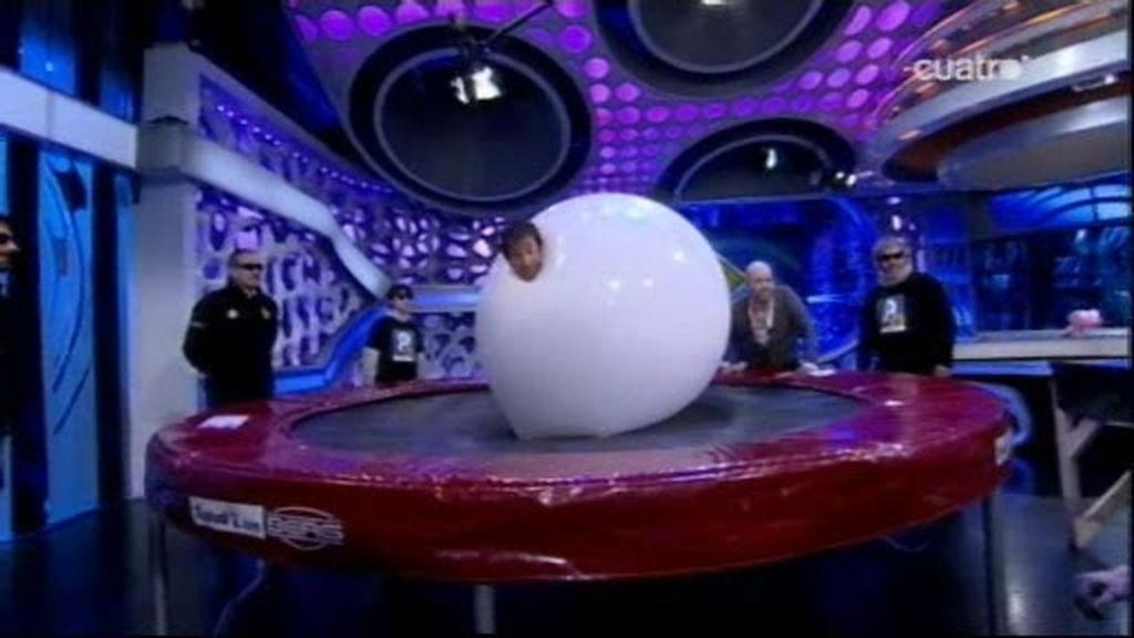 Pablo y David Castillo se meten en dos globos gigantes