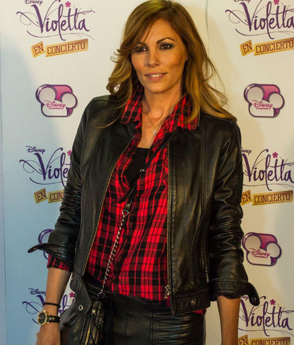 La modelo Raquel Rodríguez también combinó el rojo y el negro