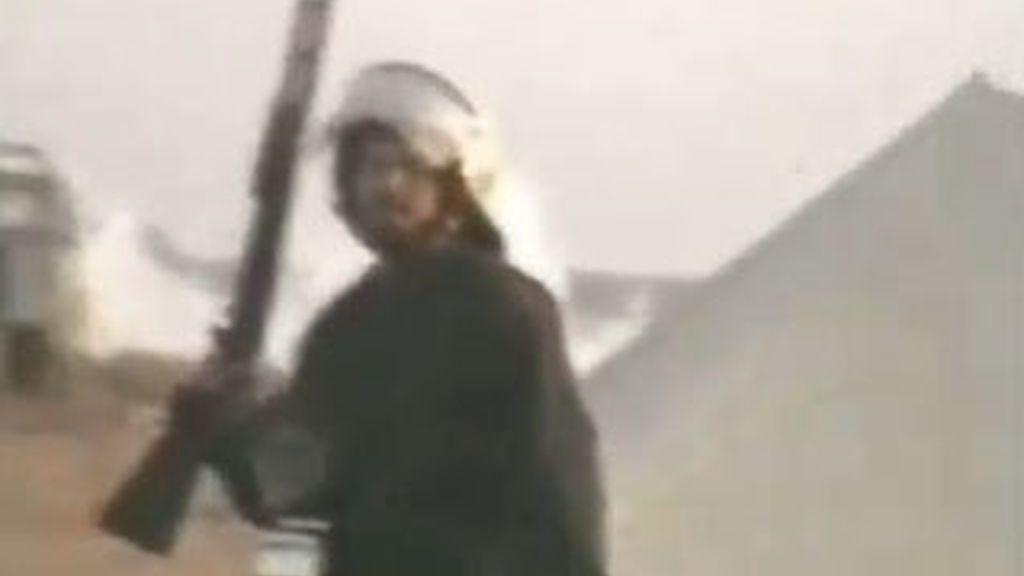 Un soldado marroquí con un arma en El Aaiún