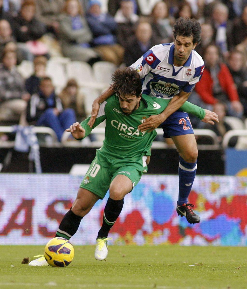El centrocampista del Betis Beñat Etxebarría (i) pelea un balón con el centrocampista del Deportivo Juan Carlos Valerón