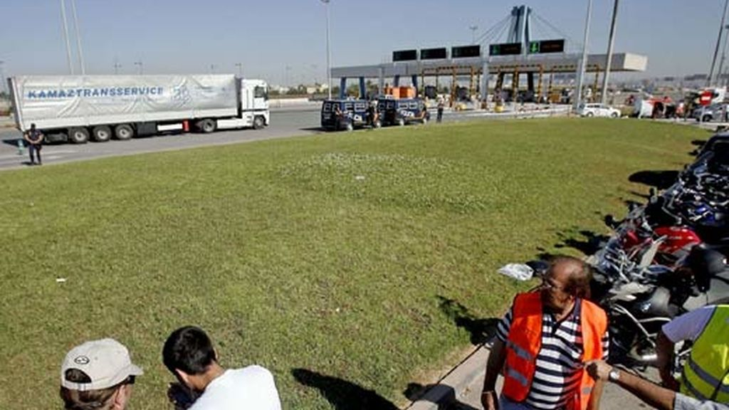 Piquetes de transportistas observan los camiones entrando en el puerto de Valencia. Foto: EFE