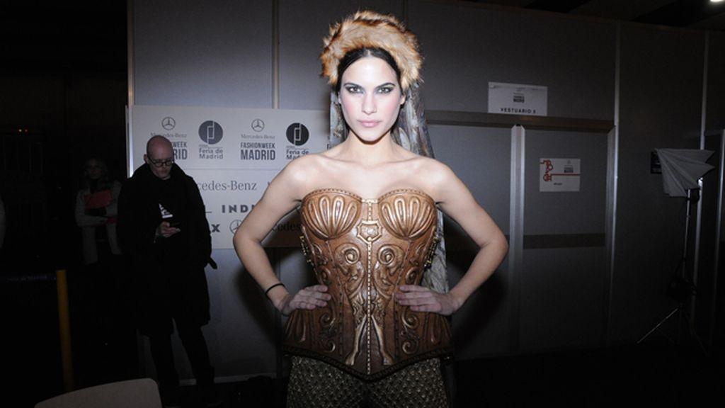 El corsé tallado en madera de Maya Hansen: pura fuerza e imaginación