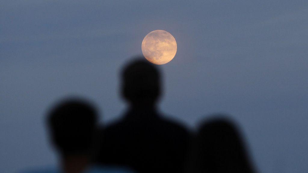 Un grupo de personas observa la 'superluna'. Foto: Efe