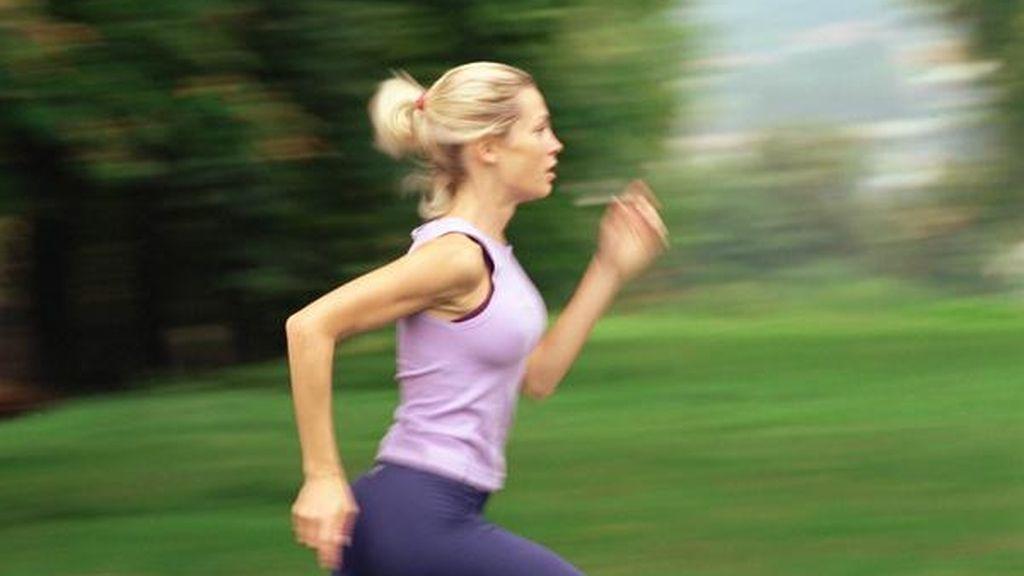 Chica corriendo por un parque. Foto: Efe