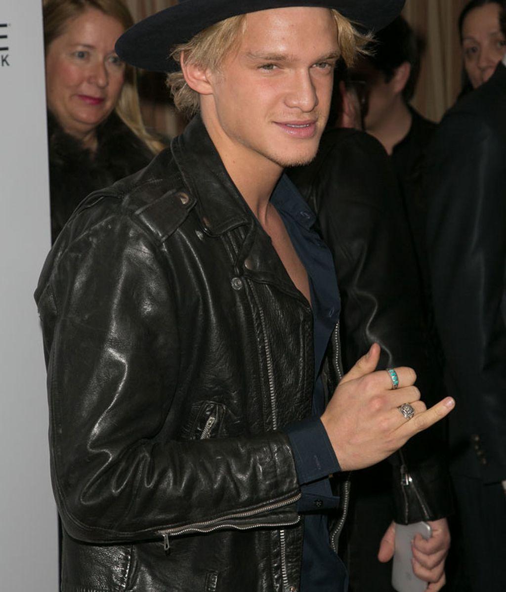 El cantante Cody Simpson con un look desenfadado, sombrero y chupa de cuero