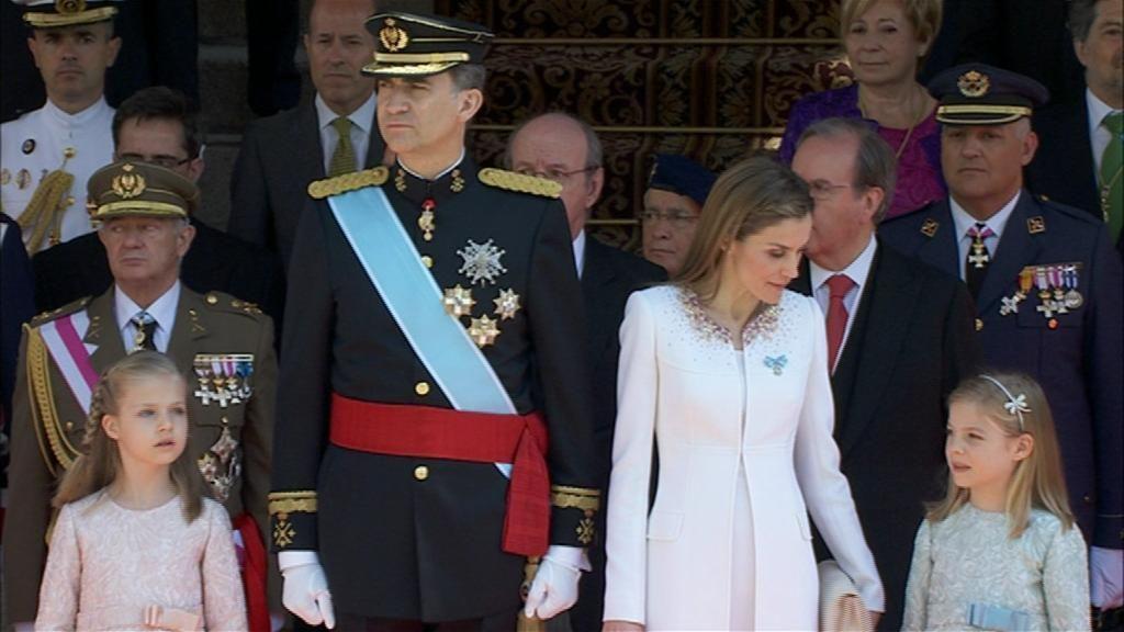 Los reyes y sus hijas en la parada militar