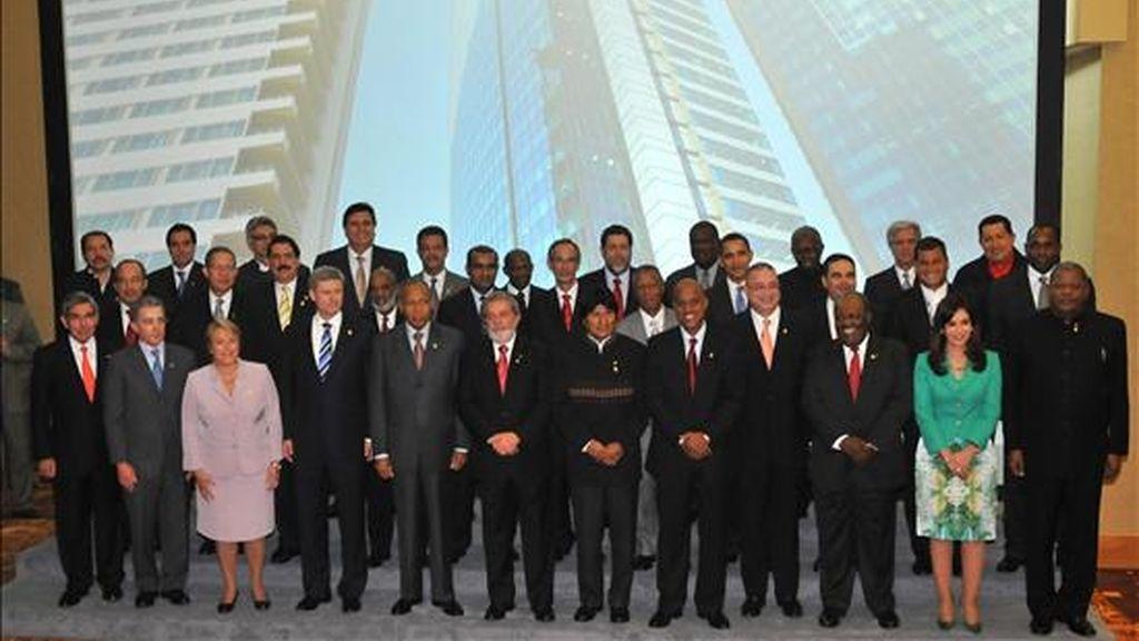 Fotografía oficial de los jefes de Estado y de Gobierno que participan desde el viernes y hasta mañana domingo 19 de abril en la V Cumbre de las Américas, en la capital de Trinidad y Tobago. EFE