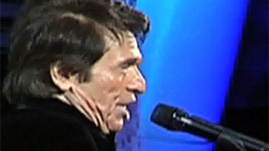 El instante en que se le cae el diente a Raphael que sin inmutarse continúa cantando en el teatro de de la Quinta Vergara en Chile.