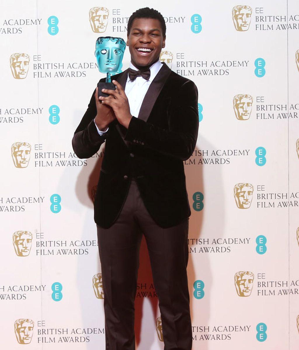 John Boyega con esmoquin negro de tercipelo y pajarita