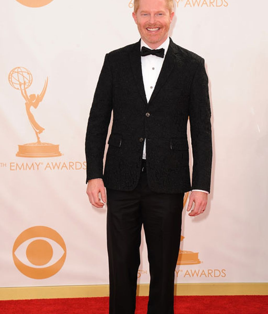 Jesse Tyler Ferguson, con traje negro y pajarita
