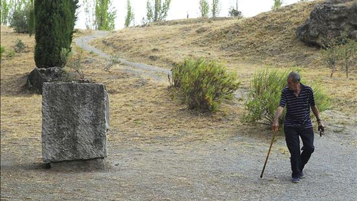 La inminente apertura de la fosa donde se supone que está enterrado Federico García Lorca -que podría producirse una vez que se estudien las alegaciones y que se firme el convenio correspondiente el 14 de octubre- ha reabierto tesis que plantean otras posibilidades sobre la ubicación de sus restos. EFE/Archivo