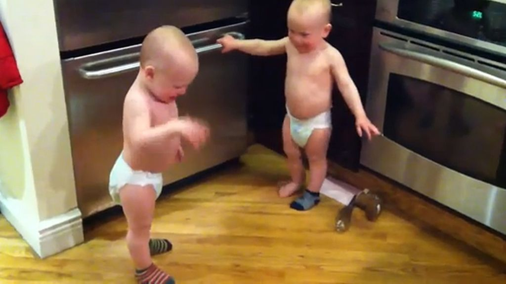Dos gemelos mantienen una conversación (vídeo)