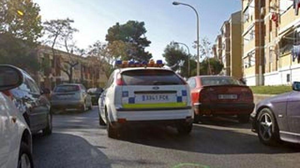 Marcas en el asfalto de la investigación policial en los alrededores donde, la pasada noche, han muerto dos hombres a causa de un tiroteo en Sant Boi (Barcelona). EFE