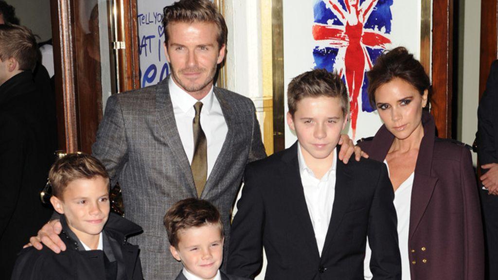 Victoria Beckham acudió con su familia