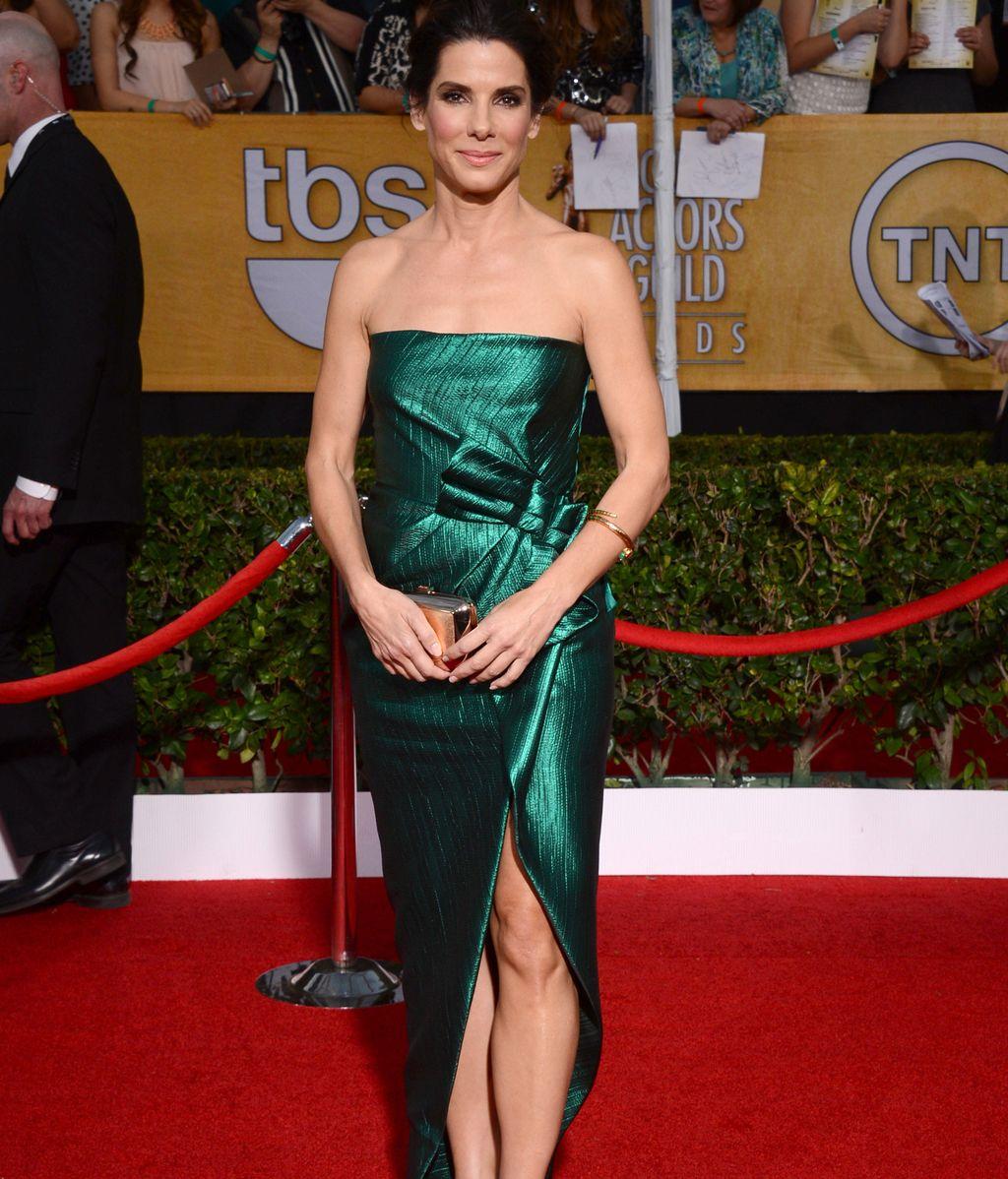 Sandra Bullock, de verde, optó por enseñar pierna