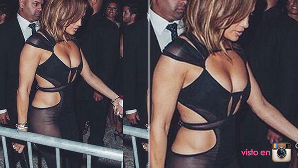 Jlo apareció 'ultra-sexy' con un vestido de transparencias y escotazo