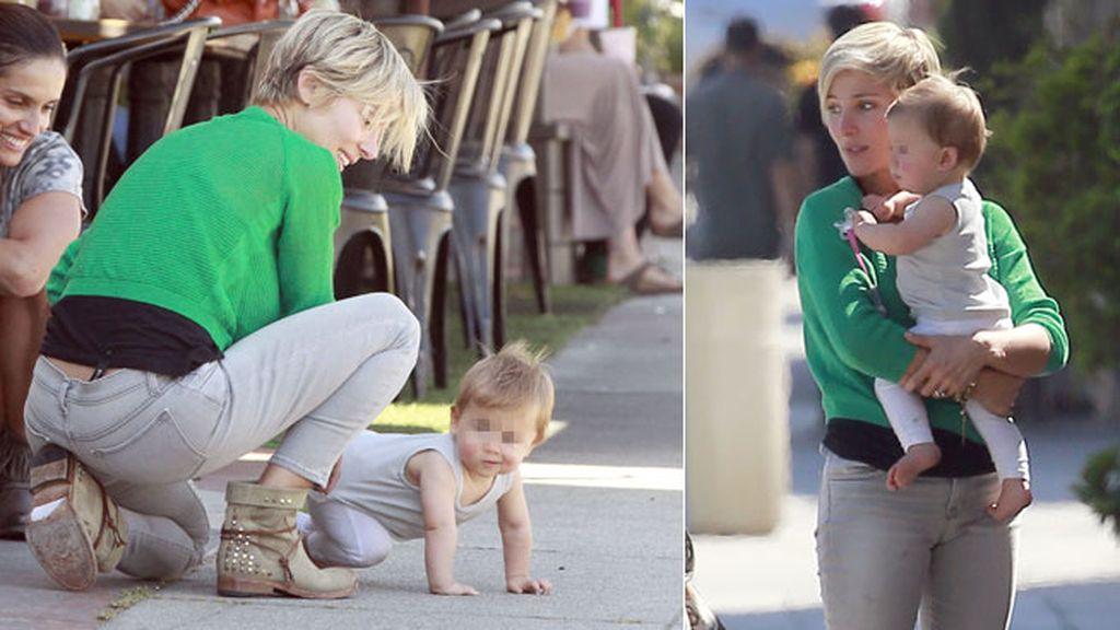La pequeña intentó dar sus primeros pasos con ayuda de su madre