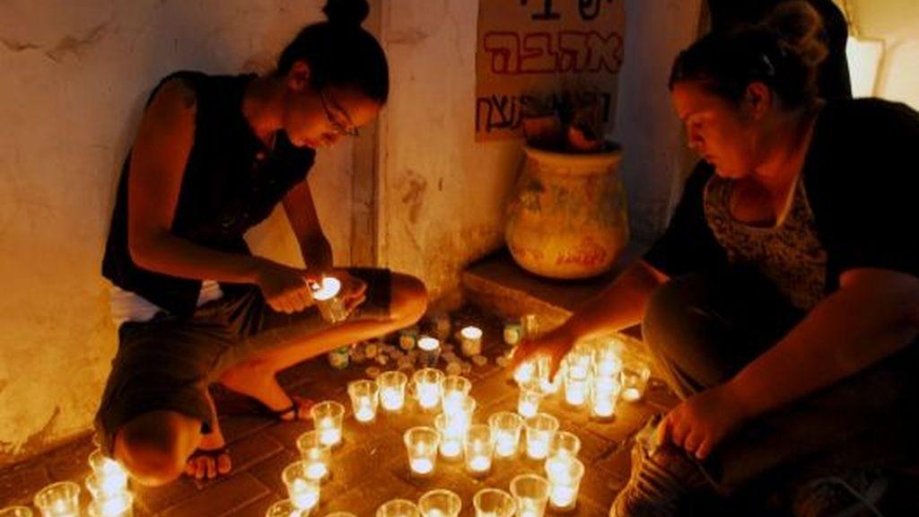 Velas por los jóvenes asesinados en un club gay en Tel Aviv