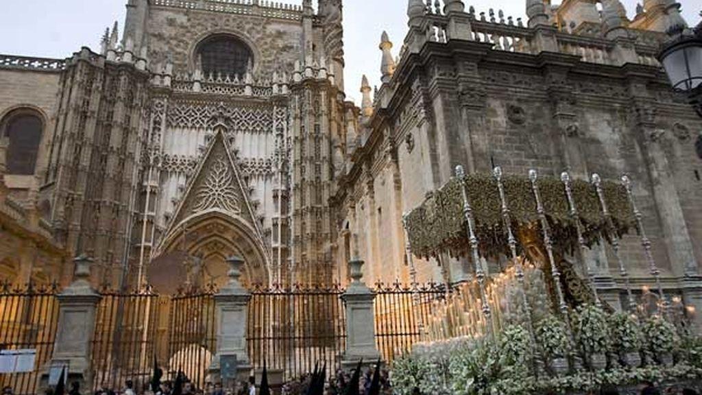 La Esperanza de Triana abandona la catedral de Sevilla. Foto: EFE