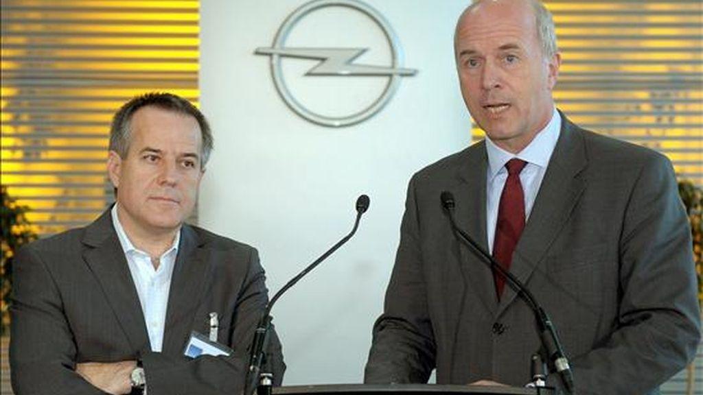 El presidente de General Motors Europe, Carl-Peter Forster (d), y el director de Magna International, Siegfried Wolf, durante una declaración conjunta en la sede de Adam Opel GmbH en Ruesselsheim (Alemania), el 3 de junio pasado. EFE/Archivo