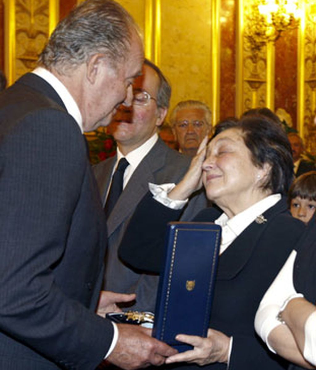 El Rey Juan Carlos da el pésame a la viuda del ex presidente del Gobierno Leopoldo Calvo Sotelo, Pilar Ibañez-Martín, en la capilla ardiente que se ha instalado en el Congreso de los Diputados.