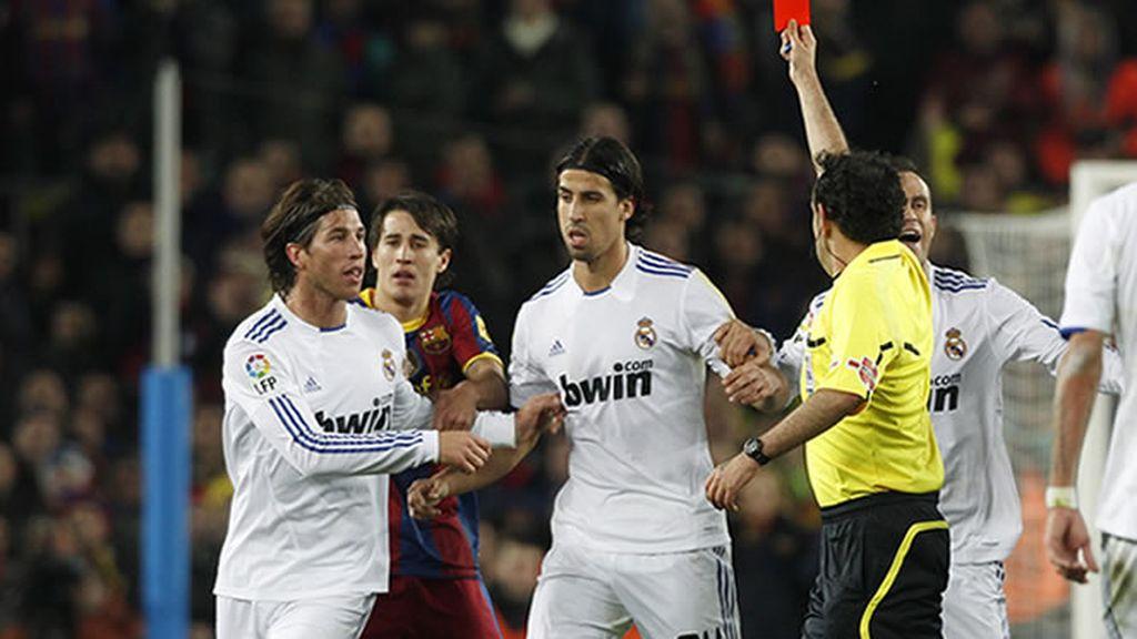 Iturralde le saca la roja a Ramos por su infantil entrada a Messi