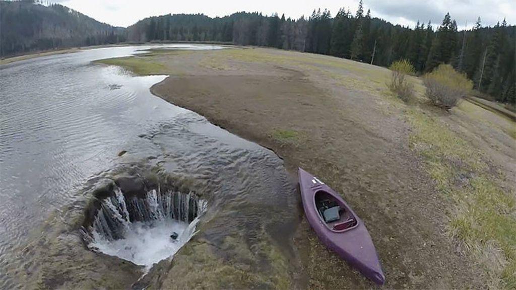 Un lago se vacía por la aparición de un misterioso agujero