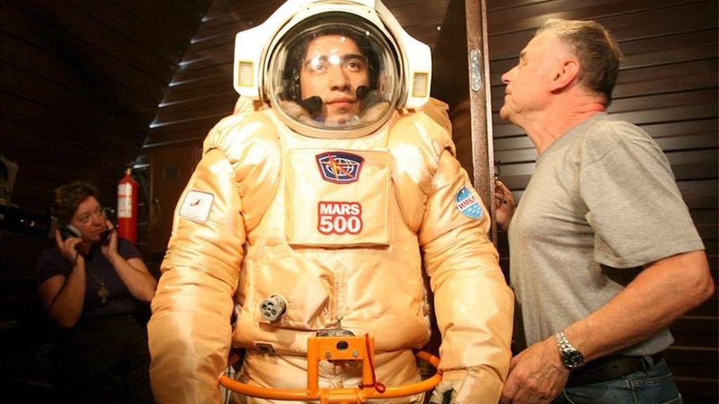Diego Uribe, (i), italiano de origen colombiano y uno de los participantes del proyecto Marte-500, un simulacro de vuelo al planeta rojo en el que seis voluntarios viven durante año y medio la misma odisea espacial que los futuros exploradores interplanetarios, se prueba su traje espacial durante un entrenamiento en el Instituto de Problemas Biomédicos de Móscú. EFE/Archivo