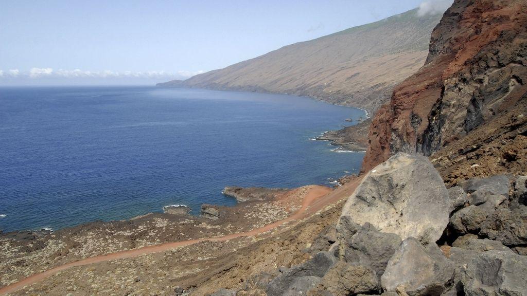 Vista de la zona del El Mar de Las Calmas en la isla de El Hierro, donde en los últimos días, los científicos del Instituto Geográfico Nacional (IGN), órgano oficial para la vigilancia volcánica, han detectado un desplazamiento del fenómeno sísmico que afecta a la región desde el pasado mes de julio