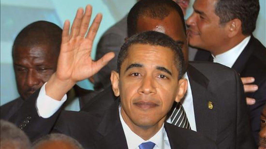 El presidente de EE.UU., Barack Obama, saluda mientras participa de la foto oficial de la V Cumbre de las Américas hoy en la ciudad de Puerto España, Trinidad y Tobago. EFE