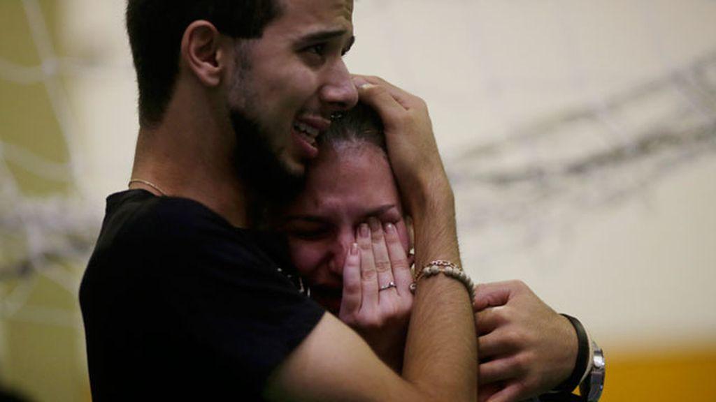 Dos familiares de una de las víctimas de la discoteca de Brasil lloran desconsolados