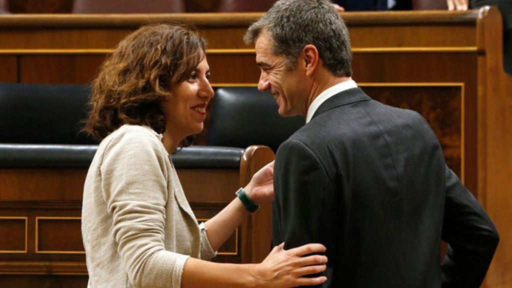 Caras conocidas, nuevos partidos: Irene Lozano (PSOE) saluda a Toni Cantó (Ciudadanos)