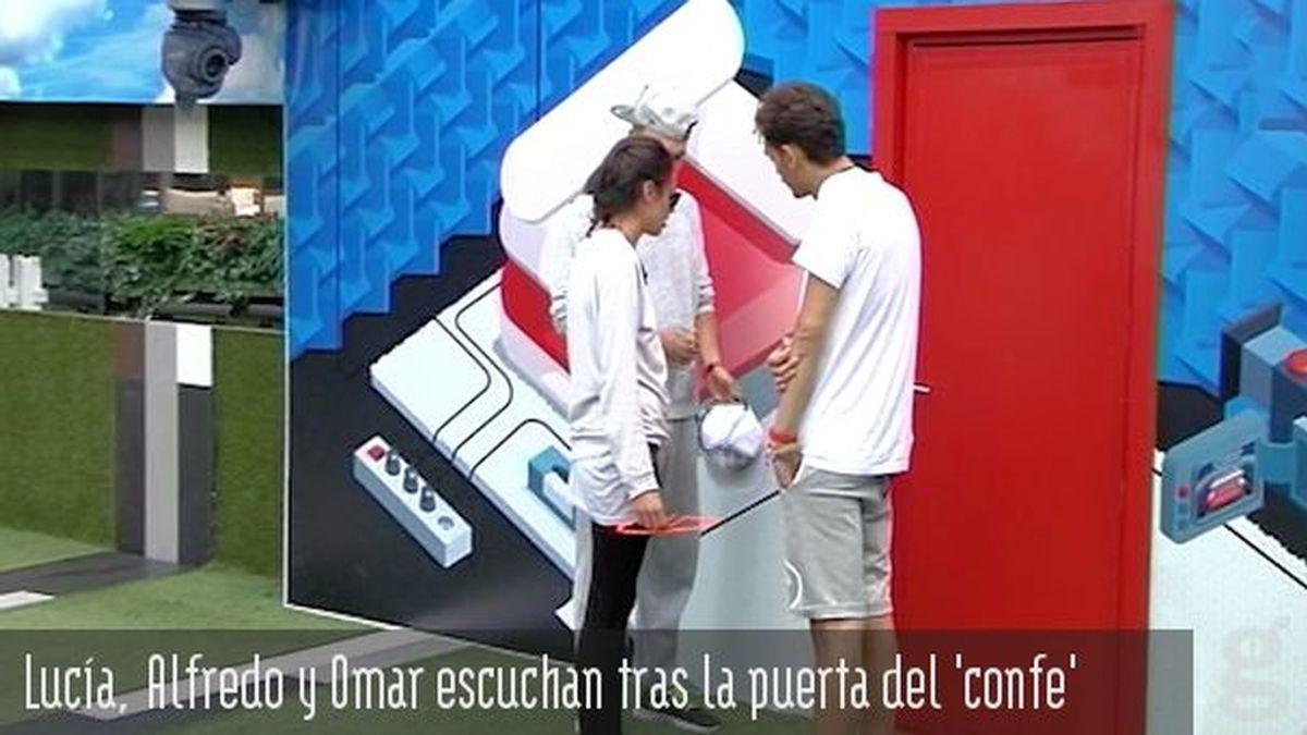 Lucía, Alfredo y Omar escuchan tras la puerta del 'confe'
