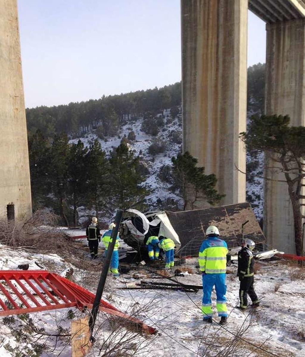 Un muerto tras caer con su furgoneta desde un puente de 35 metros en Madrid