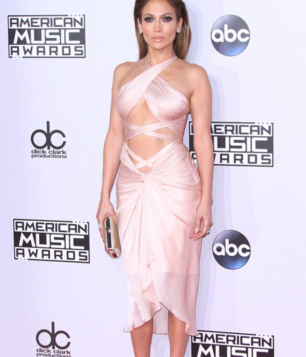 Jeniffer Lopez lució un vestido de inspiración bandage de la firma Reem Acra