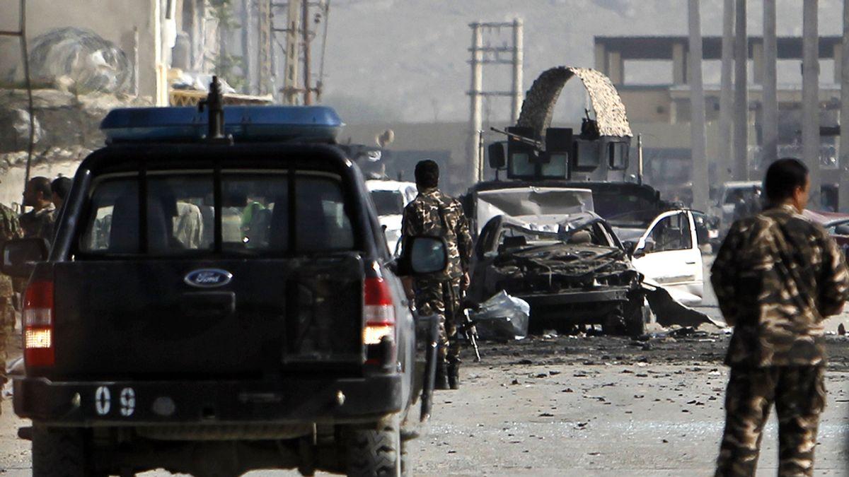 Varios militares custodian el lugar del atentado en Kabul