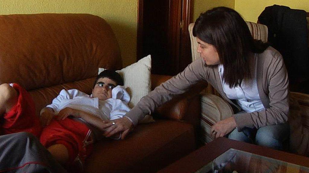 La reportera cuida de una niña dependiente