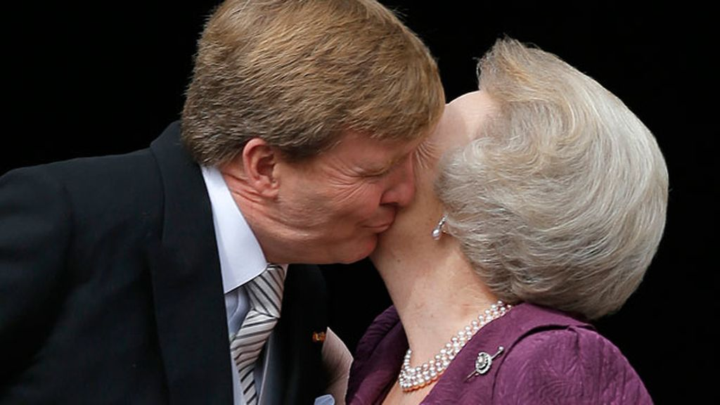 Guillermo besa a su madre en el balcón del Palacio Real