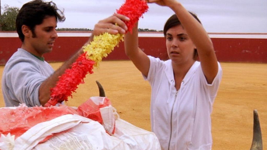 Fran Rivera, enseñando los movimientos taurinos a Samanta