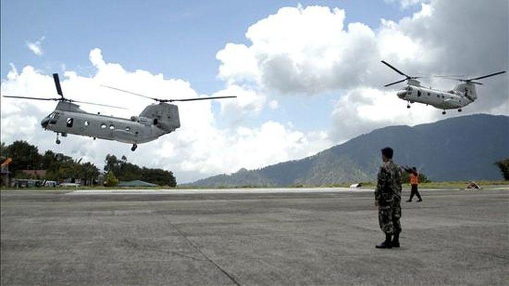 Los helicópteros estadounidenses 'CH46 Caballero de Mar ' aterrizan en Baguio, al norte de Filipinas. Las autoridades anunciaron la recuperación de los cadáveres de las ocho personas del entorno de la presidenta filipina, Gloria Macapagal Arroyo, que viajaban en el helicóptero siniestrado. EFE