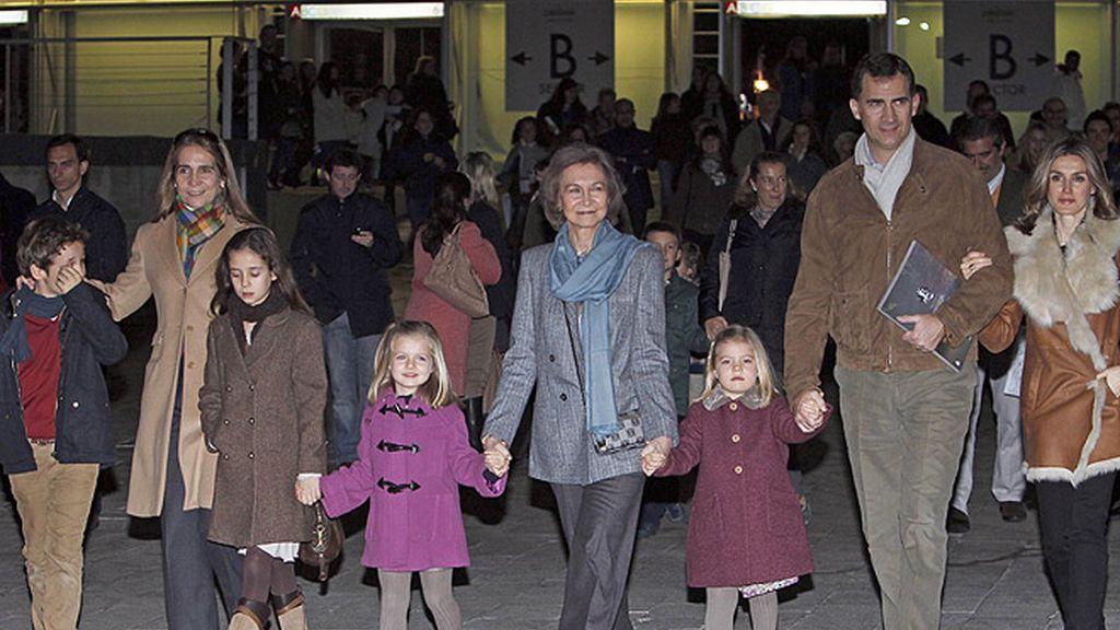 La Familia Real se va al circo con un look paradigma de sobriedad