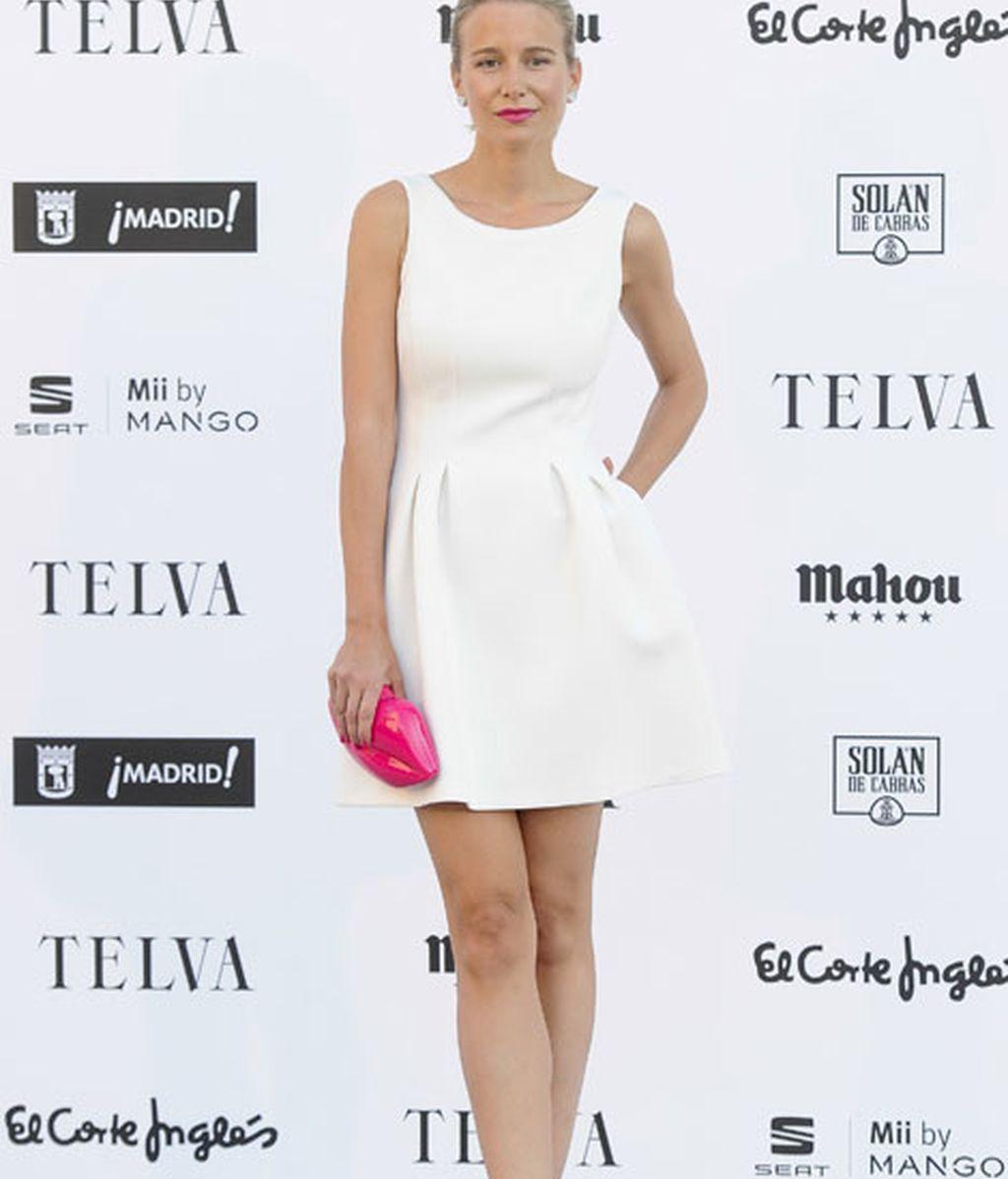 La ex modelo María León con un minivestido blanco