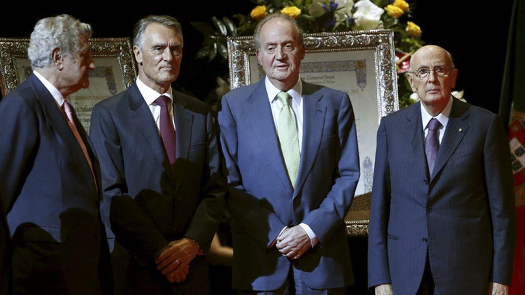 El Rey preside la entrega de los premios Nueva Economía Fórum 2012 y 2011 a los presidentes de Italia y Portugal