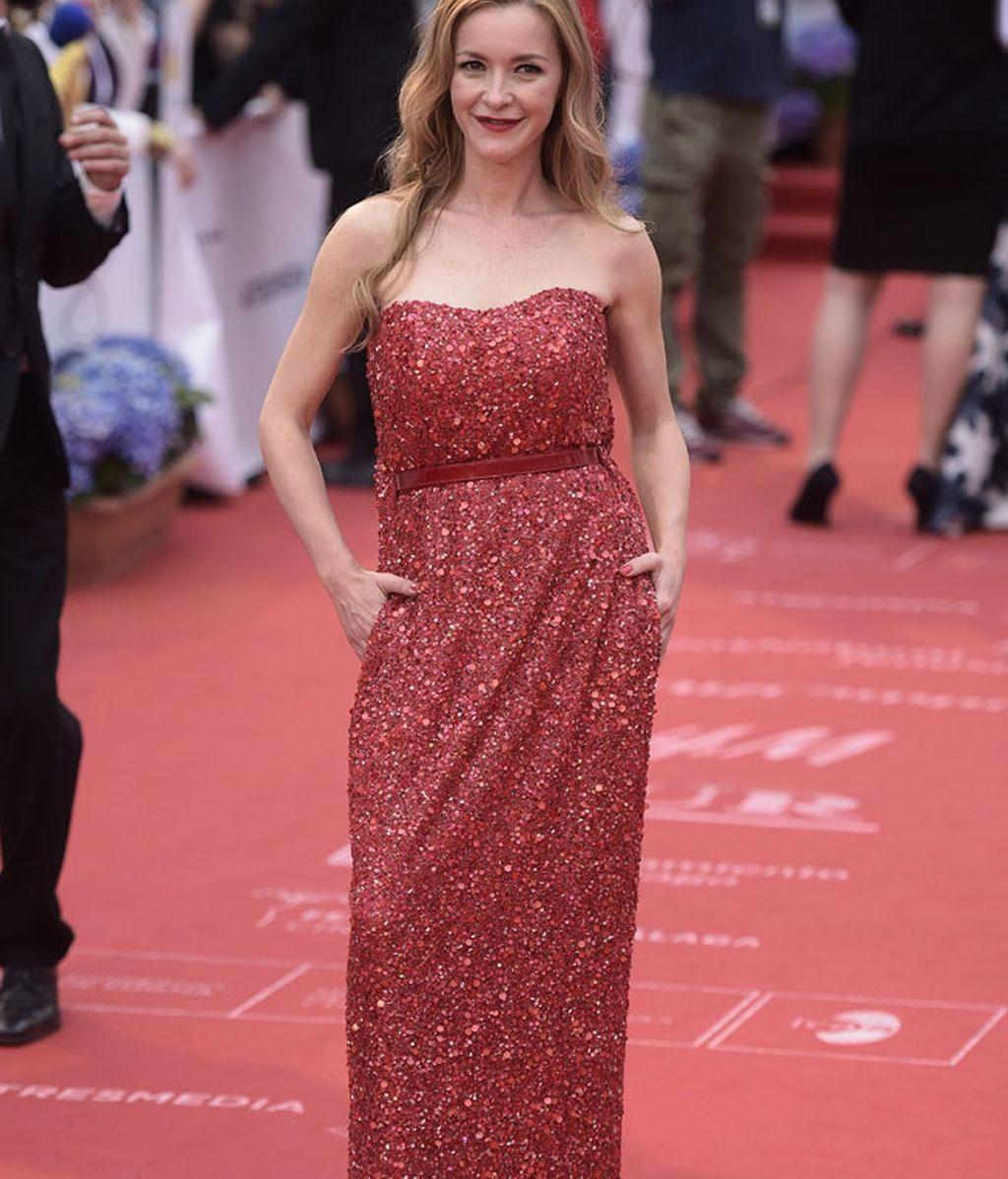 Maria Esteve con un diseño de 2ndSkin Co de color rojo