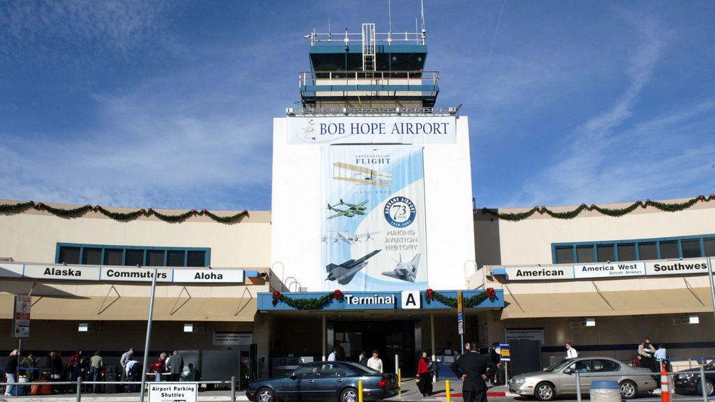 Dos aviones colisionan sus alas antes de despegar del aeropuerto de Los Ángeles