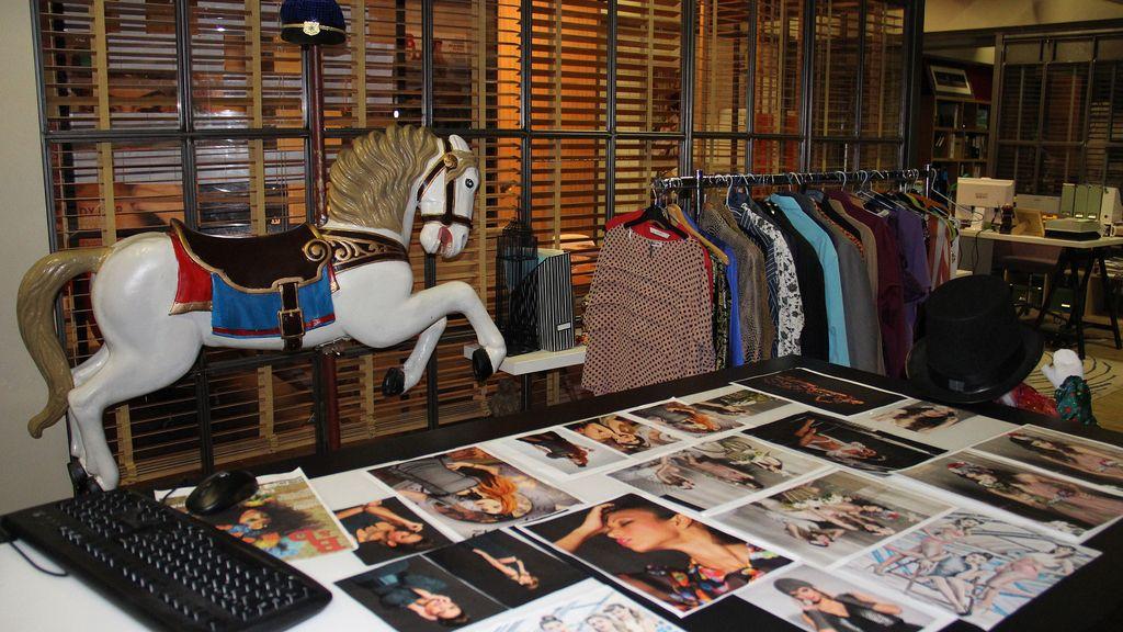 Se centra en la vida de los miembros de la redacción de una revista de moda